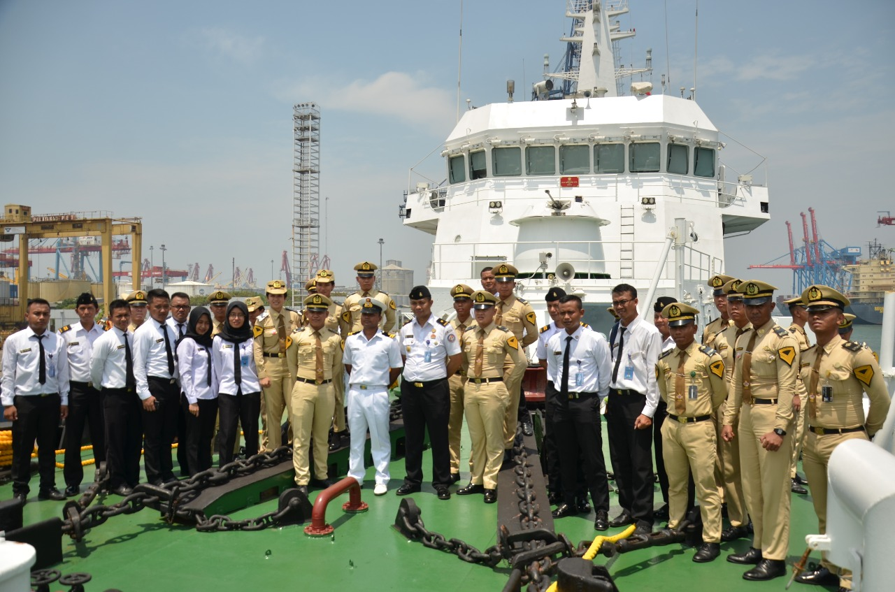 Personel Bakamla RI/ IDNCG Masuki Kapal  Indian Coast Guard